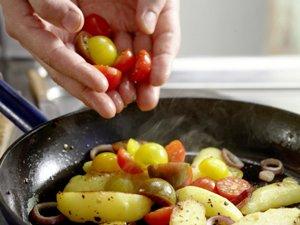 салат из креветок с помидорами