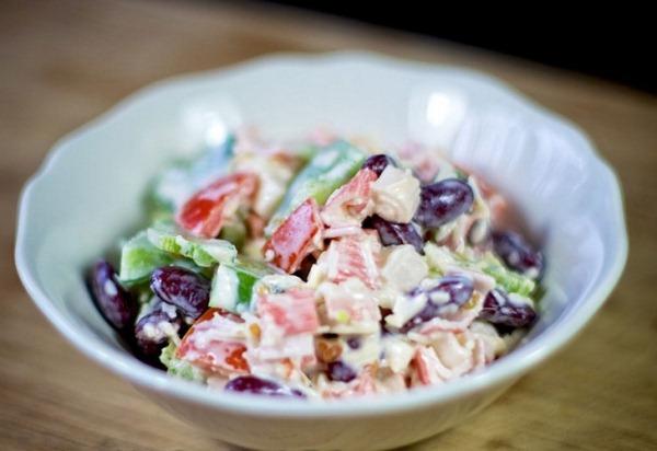 Подаем на стол салат с крабовыми палочками помидорами и сыром