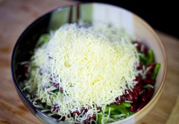 Добавляем в салат тертый сыр