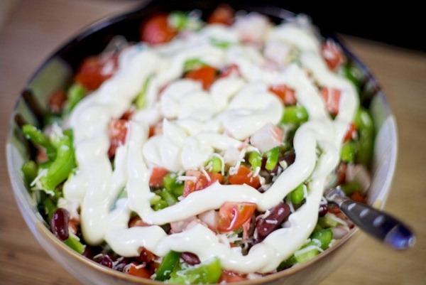 Добавляем в салат с крабовыми палочками и сыром  майонез
