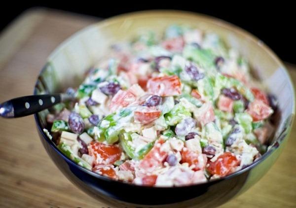Перемешиваем салат с крабовыми палочками и сыром