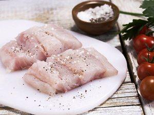 Жареный хек с рисом, луком и помидорами фото рецепт Коломна